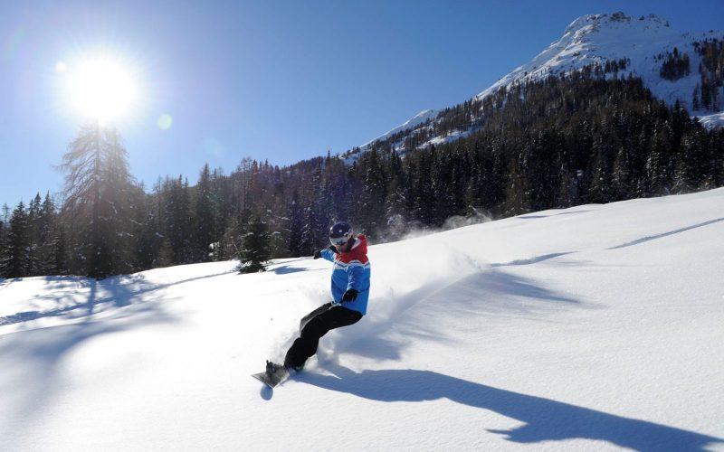 Snowboarder-Abfahrt-Tiefschnee-Sonne-Latemar